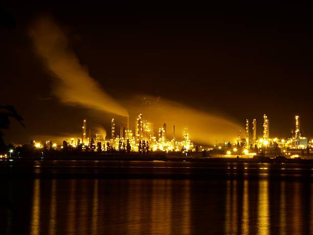 Fabrik bei Nacht – Foto