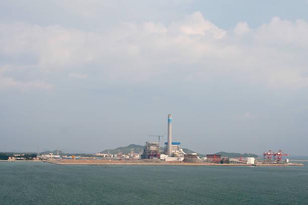 fabrik am meer - tunnelkamin stock-fotos und bilder