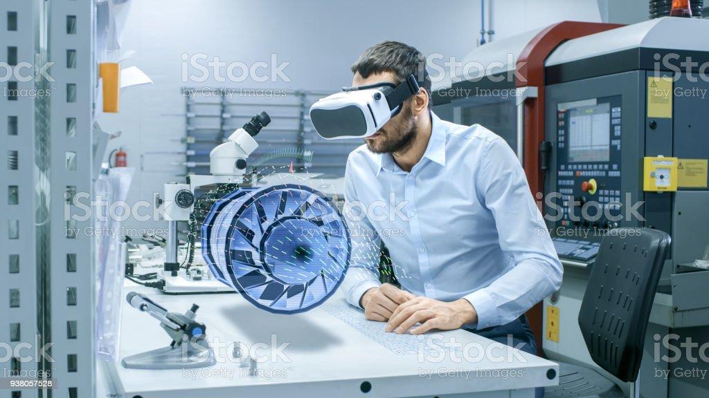 Fabrik-Chefingenieur VR Kopfhörer tragen entwirft Engine Turbine auf dem Tisch holographische Projektion.  Futuristisches Design des virtuellen Mixed-Reality-Anwendung. – Foto