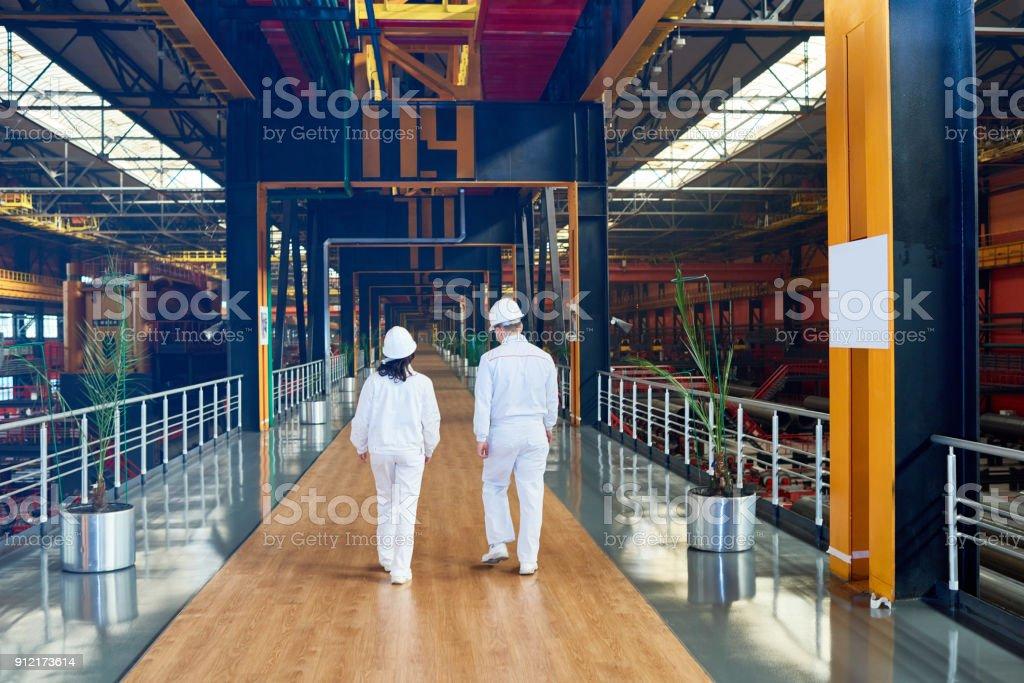 Mitarbeiter der Fabrik in einheitlichen voran Brücke – Foto