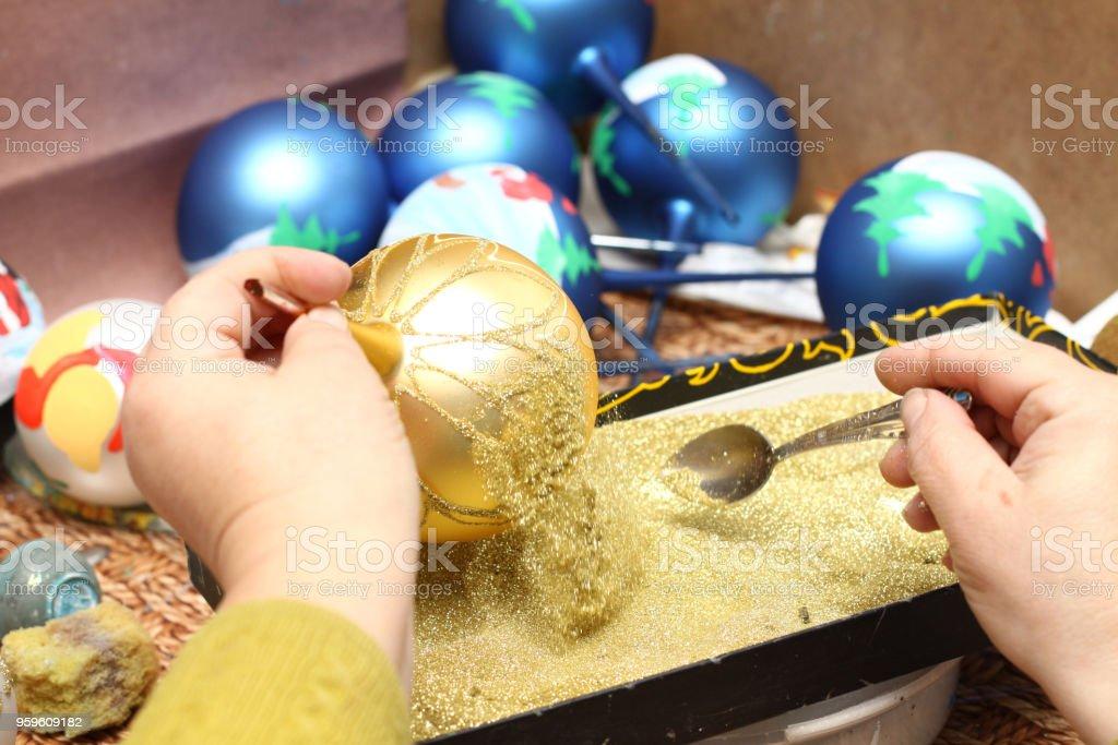 Fábrica de juguetes de Navidad. El trabajador se apaga el vidrio. - Foto de stock de Alegría libre de derechos