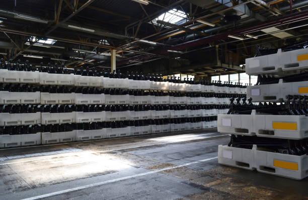 fabrik der hinterachse - stahlrahmen rennrad stock-fotos und bilder