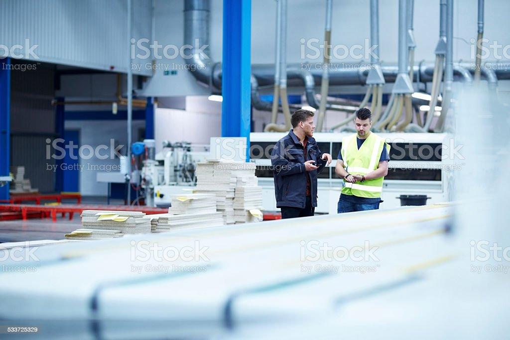 Fabrik Verkaufsfläche entgegennehmen mit Mitarbeitern diskutieren – Foto