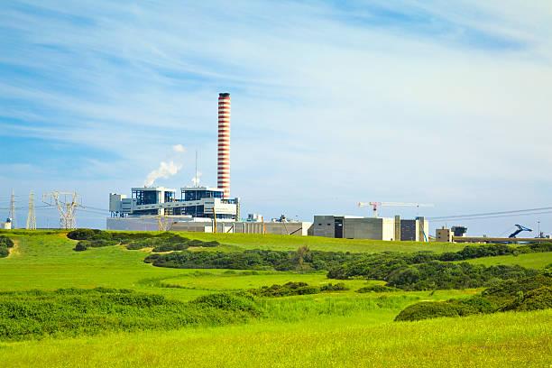 Fabrik mit großen Kamin in eine grüne Landschaft – Foto