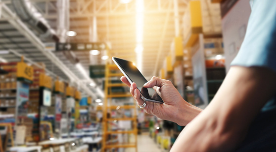 Factory Worker Using Application On Mobile Smartphone To Operate Automation For Modern Trade Checking Order In Large Warehouse Import And Export The Shipping Cargo - zdjęcia stockowe i więcej obrazów Bankowość
