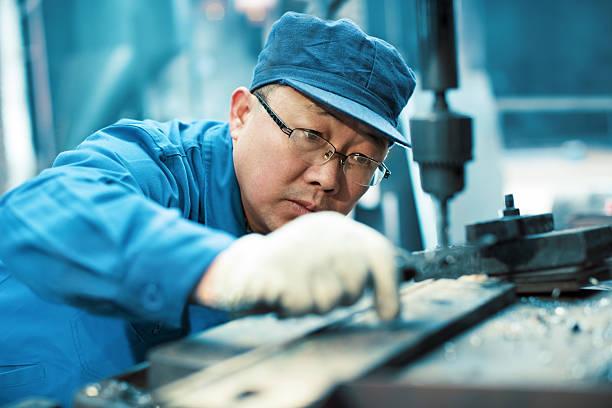 Fabrik Arbeiter mit Bohrgeräuschen machine – Foto