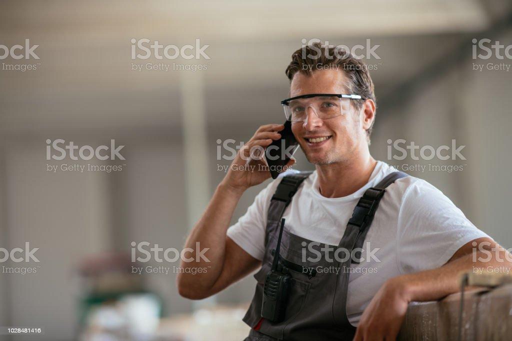 Fabrikarbeiter, die mit Telefon - Lizenzfrei Am Telefon Stock-Foto