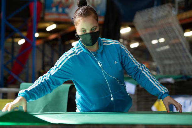 Fabrikarbeiter trägt Gesichtsmaske – Foto