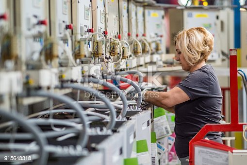 istock Factory worker working on production line 915648318
