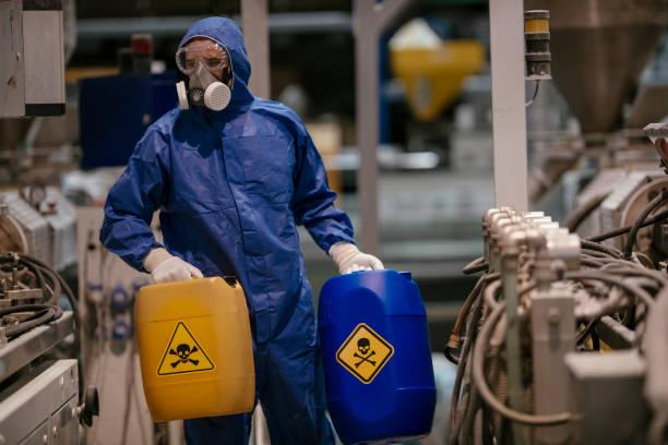 obrero trabajando con materiales peligrosos - química fotografías e imágenes de stock