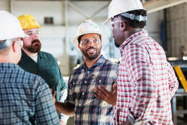 Werksmitarbeiter treffen sich – Foto