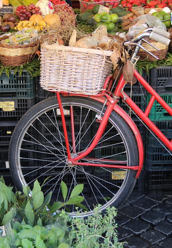 Fahrrad Auf Dem Markt Stock Photo - Download Image Now