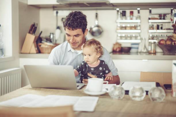 Fahter zeigt seiner Tochter Dinge auf einem Laptop – Foto