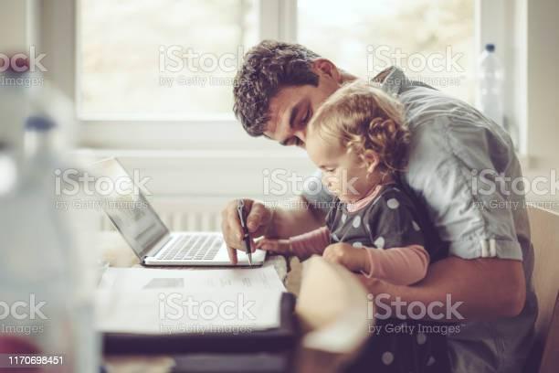 Fahter Toont Zijn Dochter Dingen Op Een Laptop Stockfoto en meer beelden van 12-23 Maanden