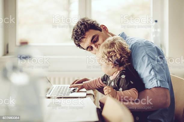 Fahter Zeigt Seiner Tochter Dinge Auf Einem Laptop Stockfoto und mehr Bilder von Familie