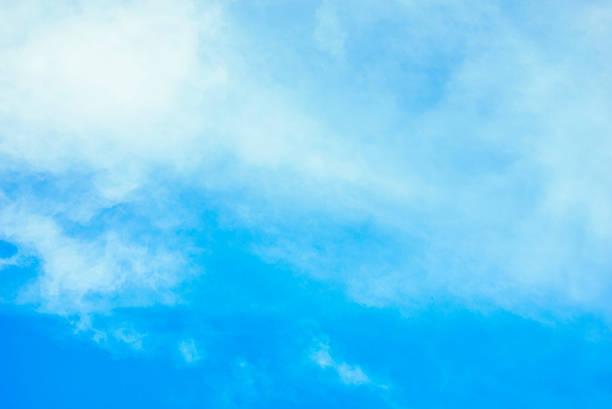 Etwas Wolke im Himmel für Hintergrund – Foto