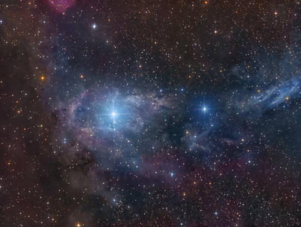 Schwache Staubwolken um die Sterne CE Cam – Foto