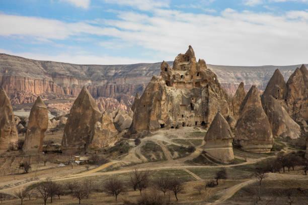 fair chimneyses uit cappadocië, turkije - aardpiramide stockfoto's en -beelden