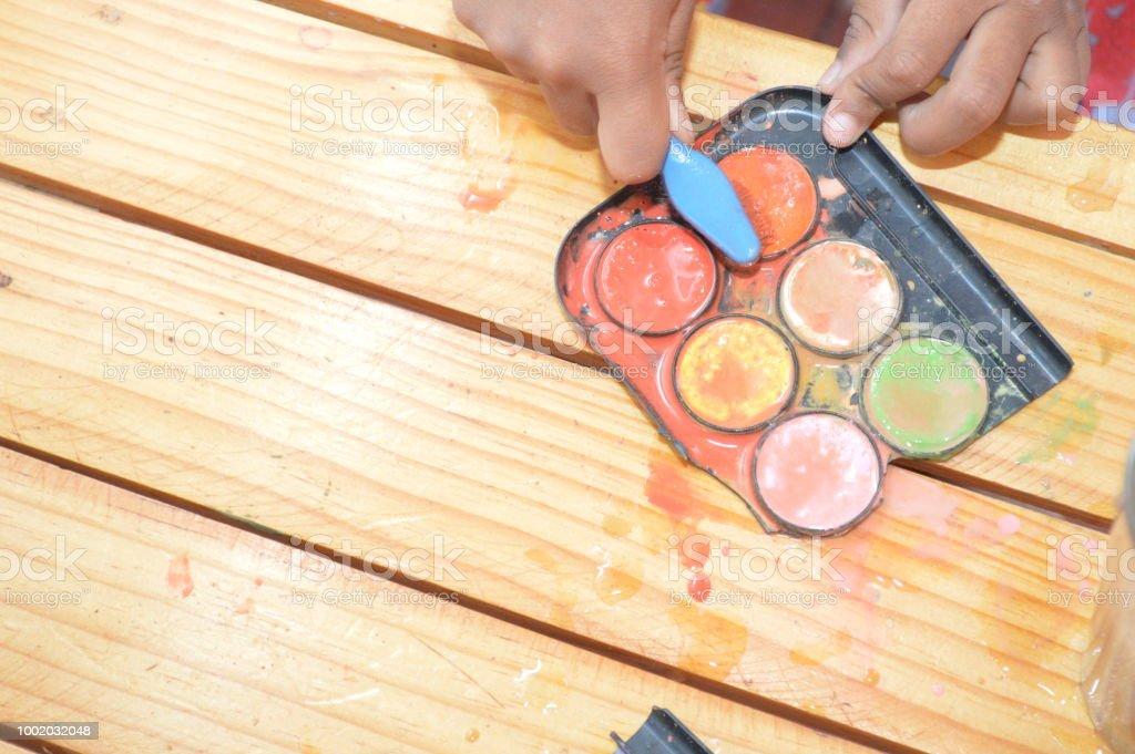 Faire de la peinture classique avec une brosse à dent stock photo