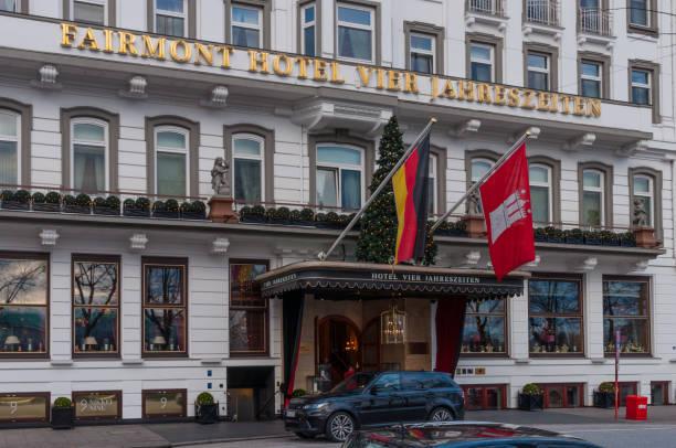 fairmont hotel vier jahreszeiten ist ein 5 sterne hotel am ufer der außenalster - hotel stadt hamburg stock-fotos und bilder