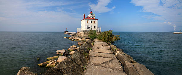 fairport harbor west breakwater light - eriesee stock-fotos und bilder