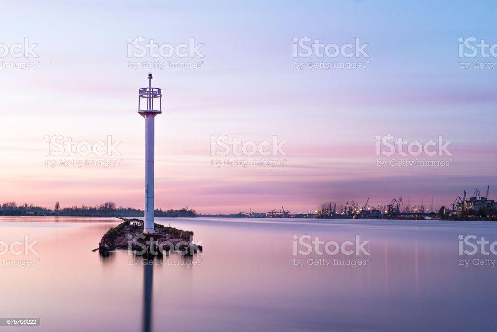 在埠通道在日落小時航道燈塔。 免版稅 stock photo