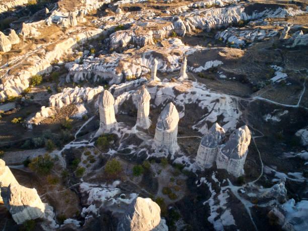 sprookjesachtige schoorstenen bij de vallei in de buurt van göreme, cappadocië, turkije - aardpiramide stockfoto's en -beelden