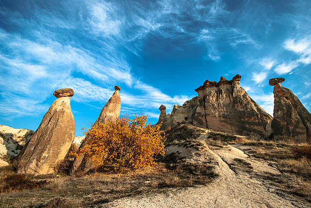 fairy chimneys in cappadocia - aardpiramide stockfoto's en -beelden