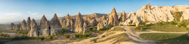 fairy schoorstenen van cappadocië - aardpiramide stockfoto's en -beelden