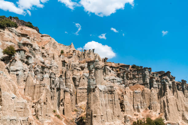 fairy schoorstenen van kuladokya - aardpiramide stockfoto's en -beelden