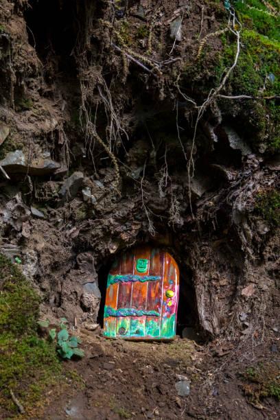 eine feentür - hobbit häuser stock-fotos und bilder