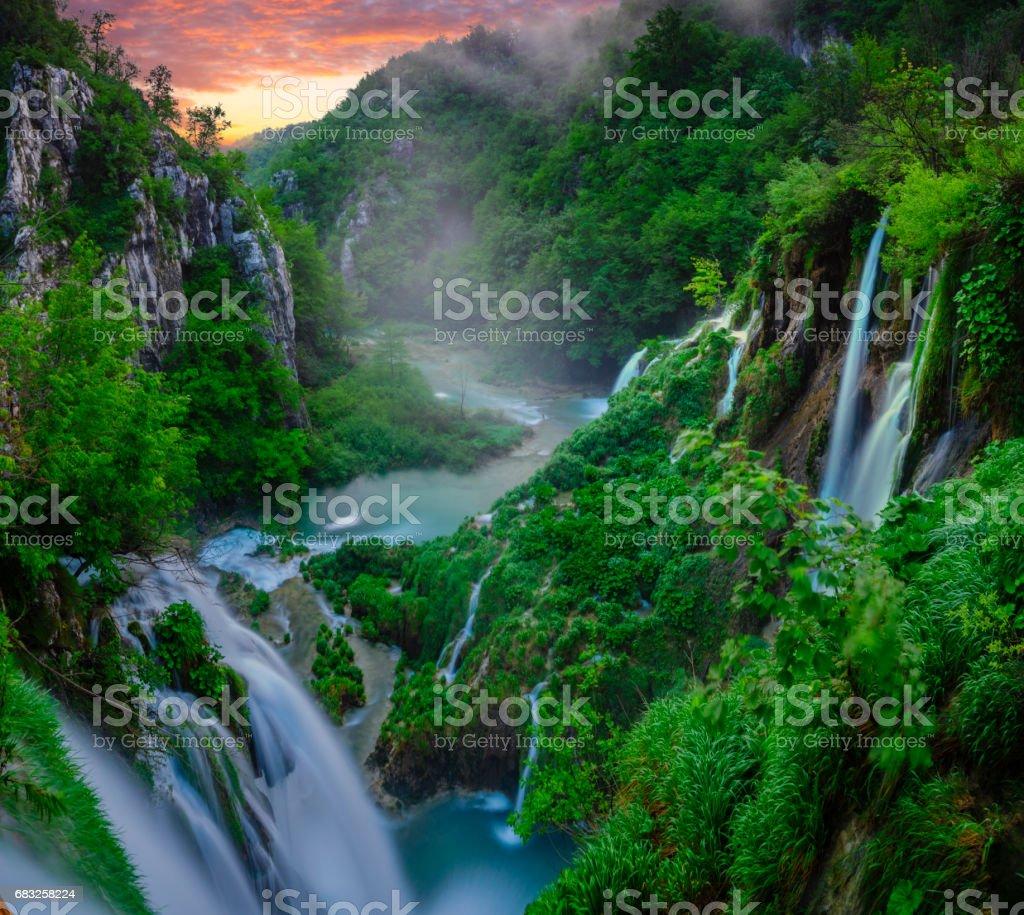 童話故事、 多霧的早晨,在克羅地亞十六公園瀑布 免版稅 stock photo