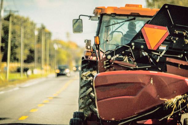 Faites place, tracteur sur la route stock photo