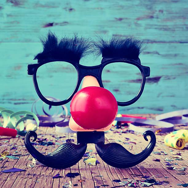 falsche brille, clown nase und schnurrbart - schnurrbart themenpartys stock-fotos und bilder