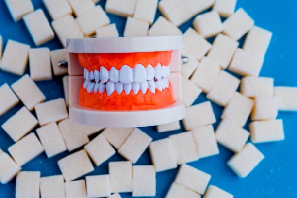 gefälschter kiefer auf dem zucker. süße sucht ist schlechtes konzept. - dextrose stock-fotos und bilder