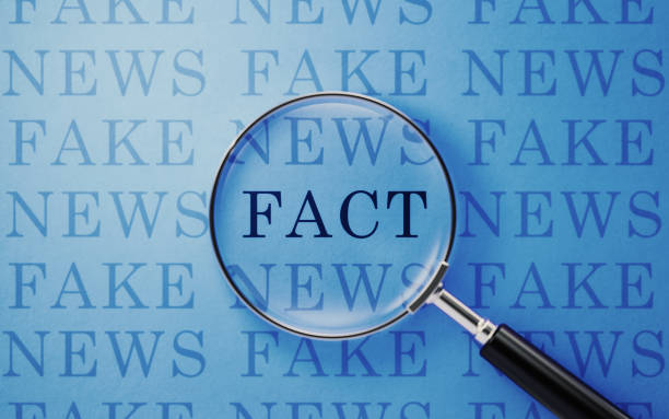 Fake News And Fact Concept-Magnifier And Fake News Text On Blue Background – Foto