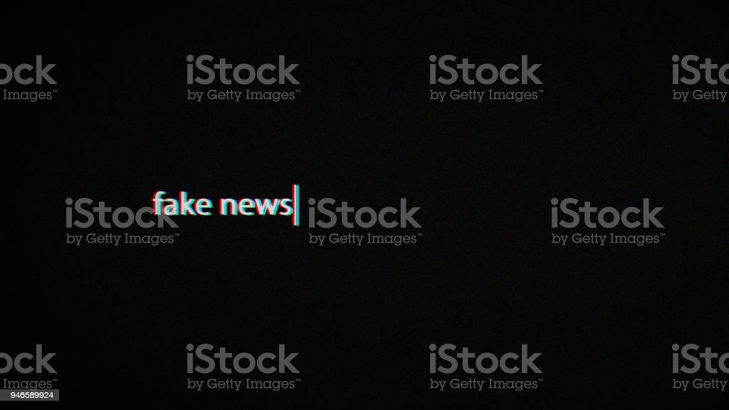 fake news text laptop screen foto stock royalty-free