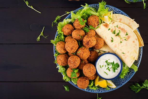 Falafel, Hummus und Pita. Nahost oder Arabisch Gerichte auf dunklem Hintergrund. Halal Food. Top View. Kopierplatz – Foto