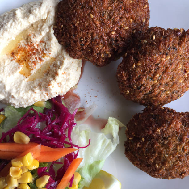 falafel-platte - englischer erbsen salat stock-fotos und bilder