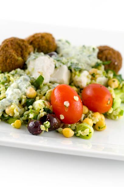 salat mit falafel - griechischer couscous salat stock-fotos und bilder