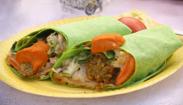 falafel mit gemüse lavash wrap cup in zwei stücke - veggie wraps stock-fotos und bilder