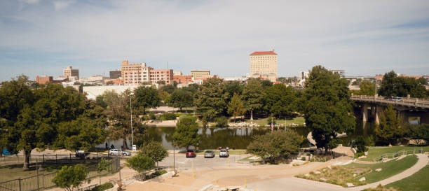 val middag blue sky lubbock texas centrum skyline riverfront stadspark - zuidoost stockfoto's en -beelden