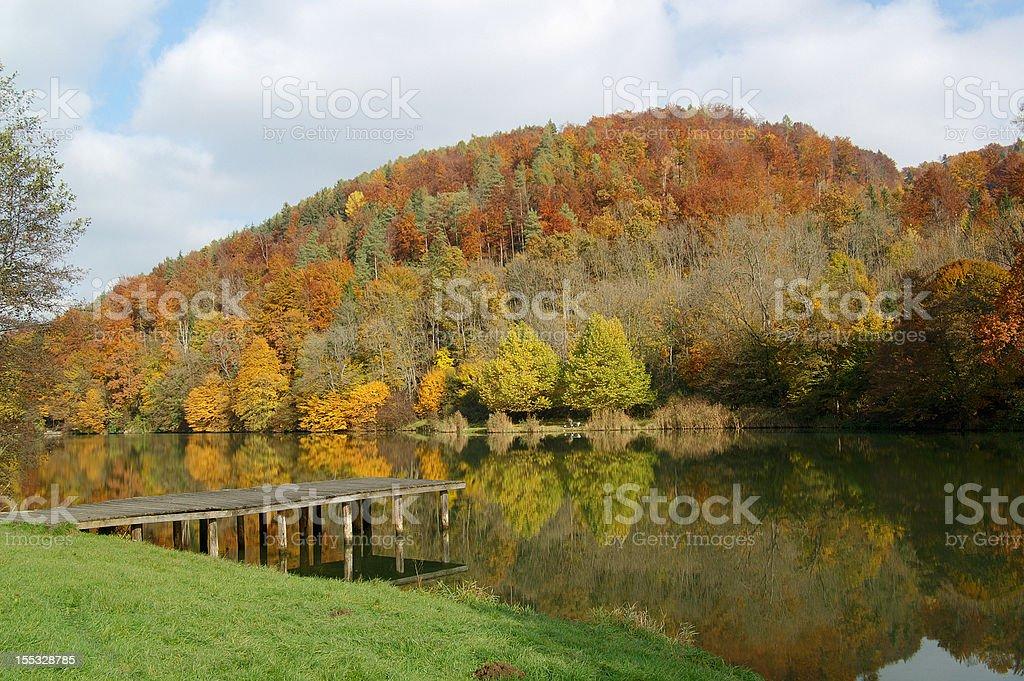 Outono no lago - foto de acervo