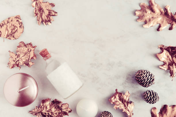 schönheit produkte flatlay auf weißem marmor fallen - herbst kerzen stock-fotos und bilder