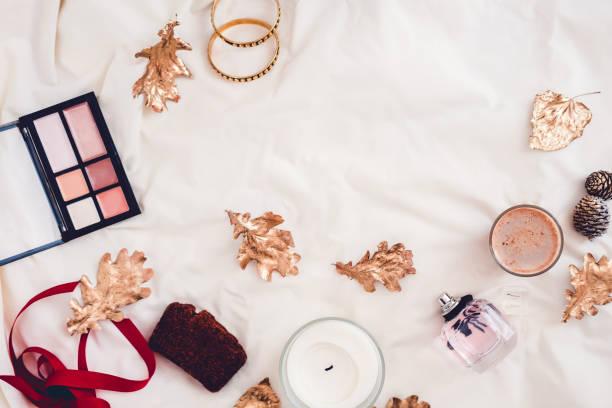 herbst-beauty-produkte von oben auf weiß - make up torte stock-fotos und bilder