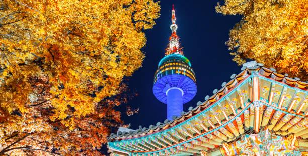 Farbwechsel in Seoul und N seoul Turm im Herbst in der Nacht, Seoul Stadt, Südkorea – Foto