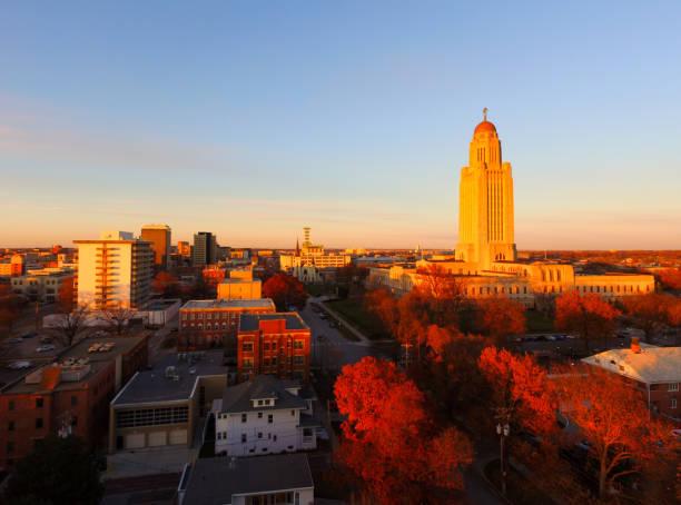automne couleur orange tree feuilles nebraska state capital lincoln - politique et gouvernement photos et images de collection
