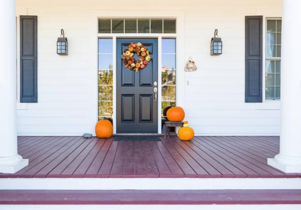sonbahar dekorasyon eve güzel giriş way süslüyor - fall stok fotoğraflar ve resimler