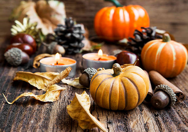 Herbst Decoration.Pumpkins, Orange Kerzen, Zimt, Maronen und – Foto