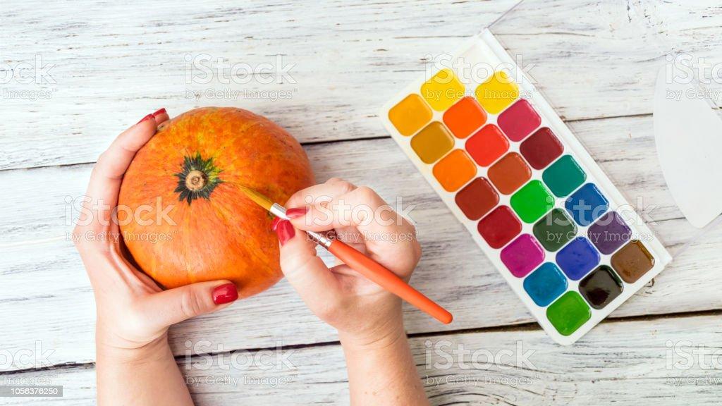 Halloween Basteln Holz.Herbst Halloween Basteln Weibliche Hände Mit Orange Dekorative